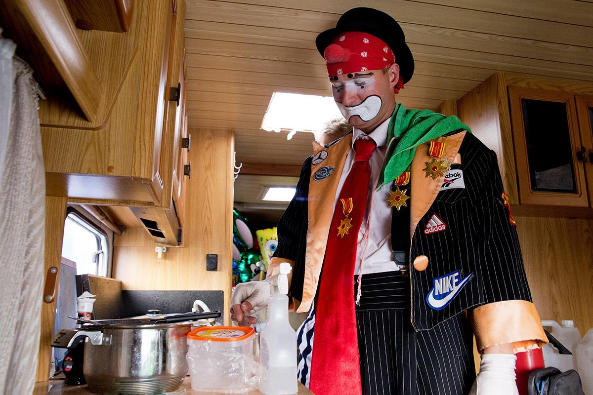 Клоун Павлик готовит чай