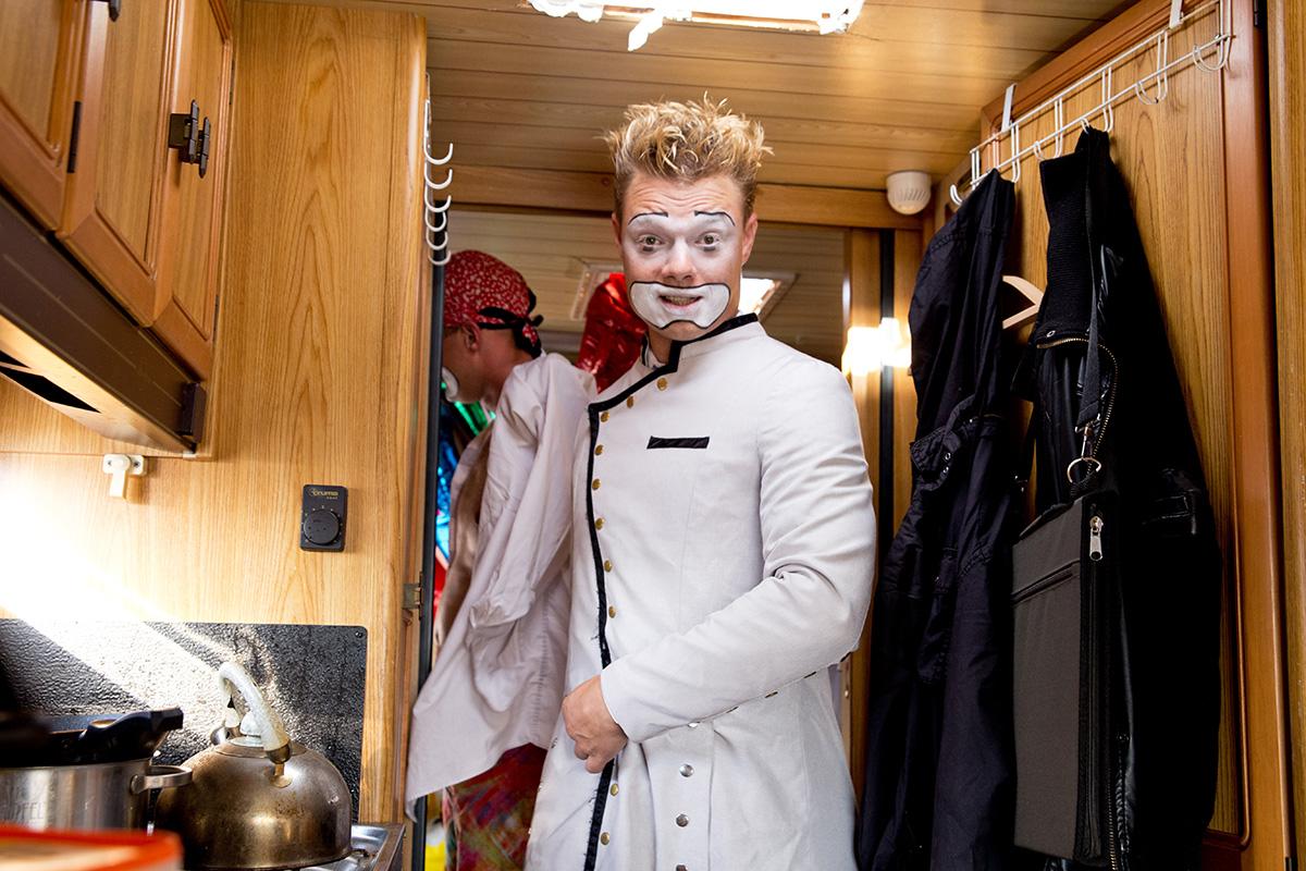 Клоун Антон Александрович готовится к выходу на сцену