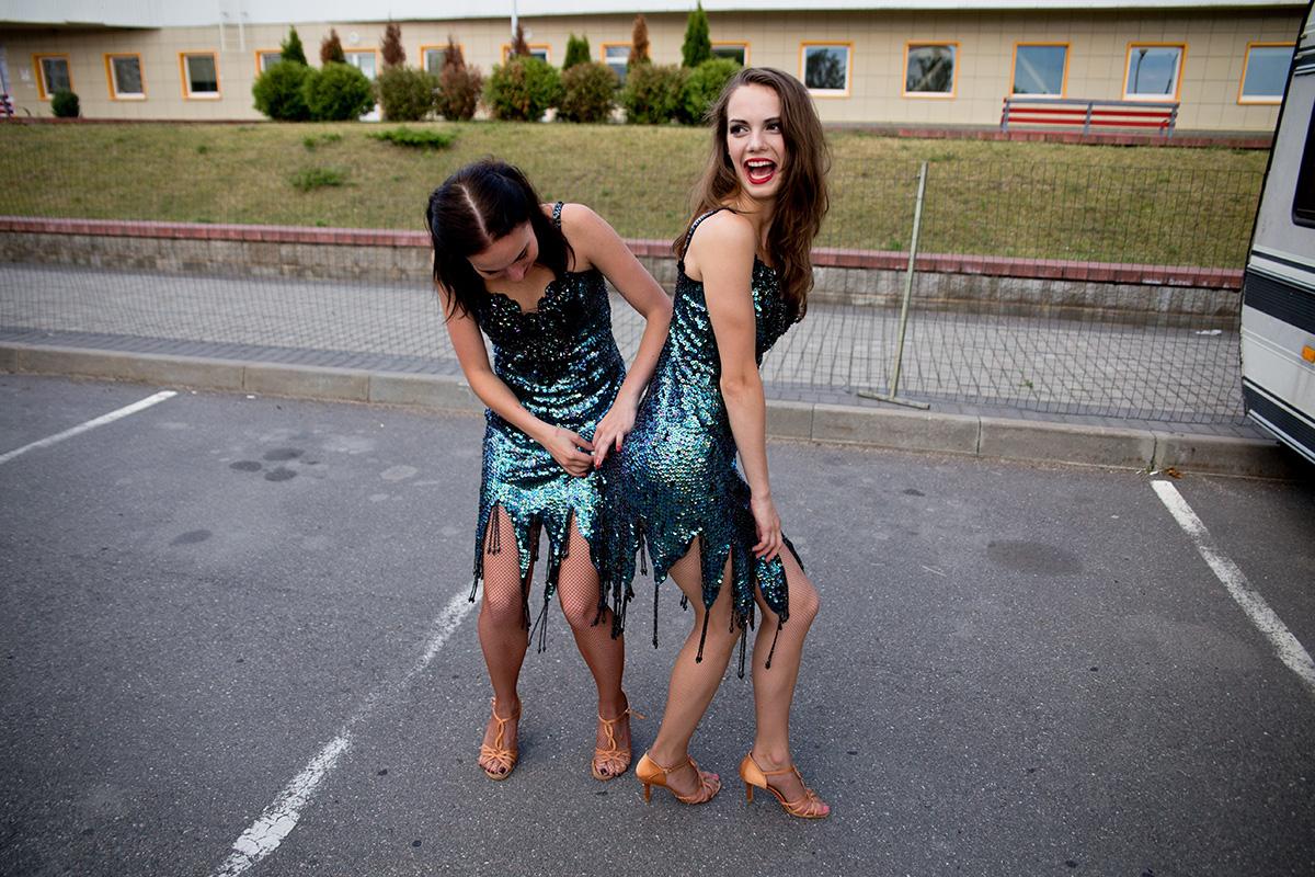 Девочки проявляют отзывчивость друг к другу