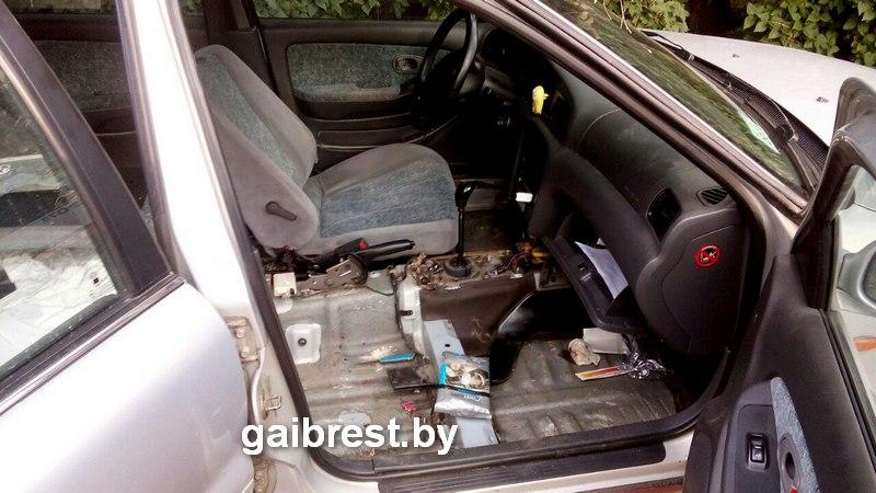 Из машины выпал пьяный пассажир.