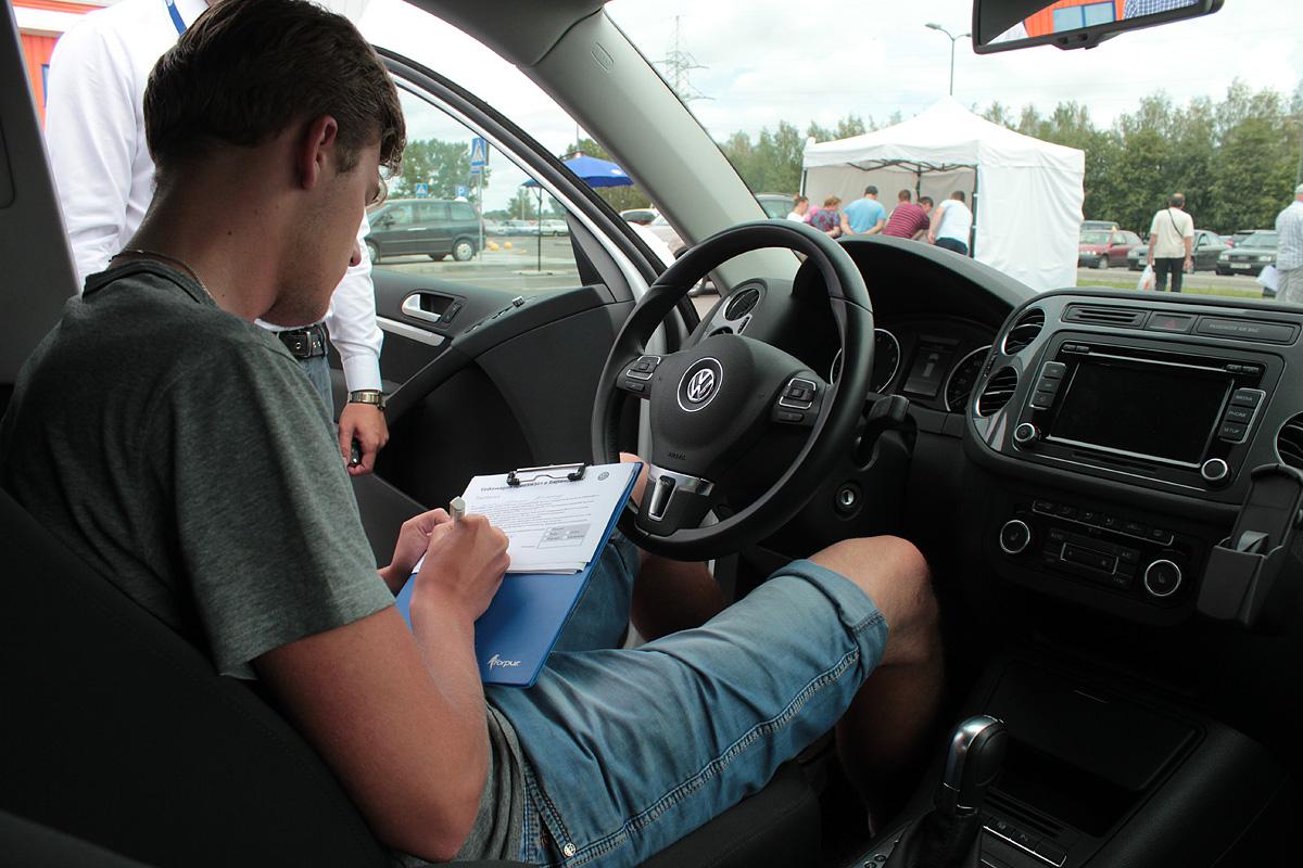 Максим (20 лет) с водительским стажем два года готовится совершить пробную поездку на автомобиле Volkswagen Tiguan. Фото: Юрий ПИВОВАРЧИК