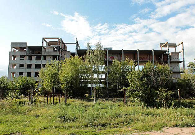 Заброшенное недостроенное здание на улице Свердлова.