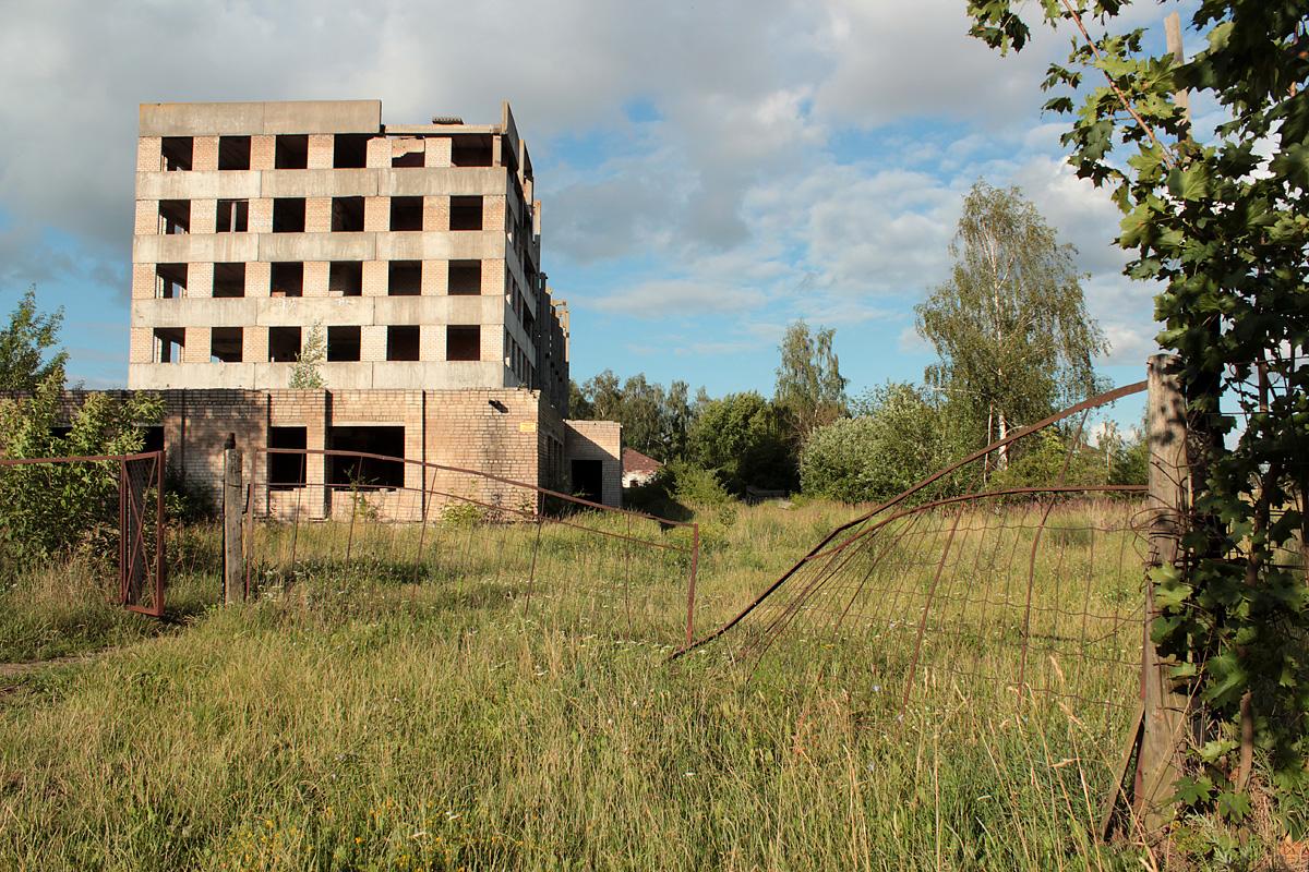 Калитка на главном входе открыта, ворота сломаны. Фото: Юрий ПИВОВАРЧИК