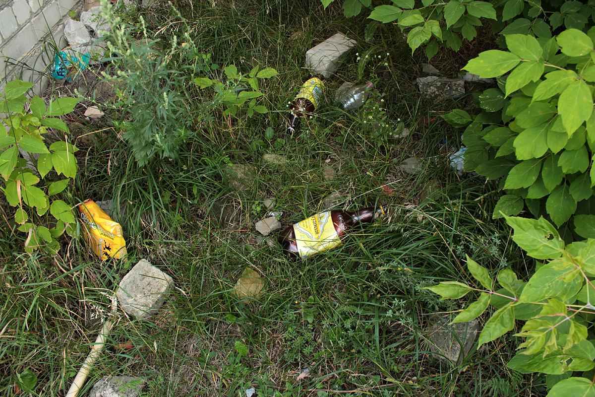 Повсюду разбросаны бутылки от алкогольных напитков. Фото: Юрий ПИВОВАРЧИК