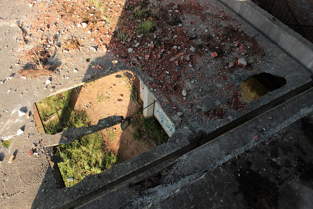 Бетонные конструкции от времени ветшают и обваливаются. Фото: Юрий ПИВОВАРЧИК