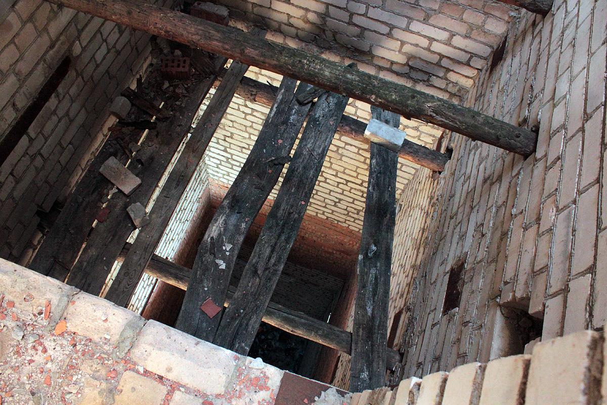 В шахте лифта частично сохранились деревянные перекрытия. Фото: Юрий ПИВОВАРЧИК