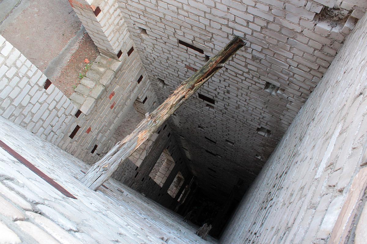 Вид на лифтовую шахту с крыши здания. Фото: Юрий ПИВОВАРЧИК