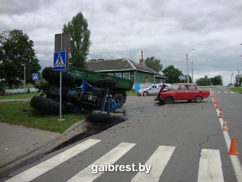 Трактор столкнулся с легковушкой. Фото: ГАИ Брестской области gaibrest.by