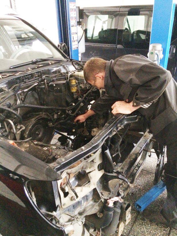 Слесарь по ремонту автомобилей Шаров Вячеслав Михайлович осуществляет замену ДВС на Toyota Land-Cruiser 100.