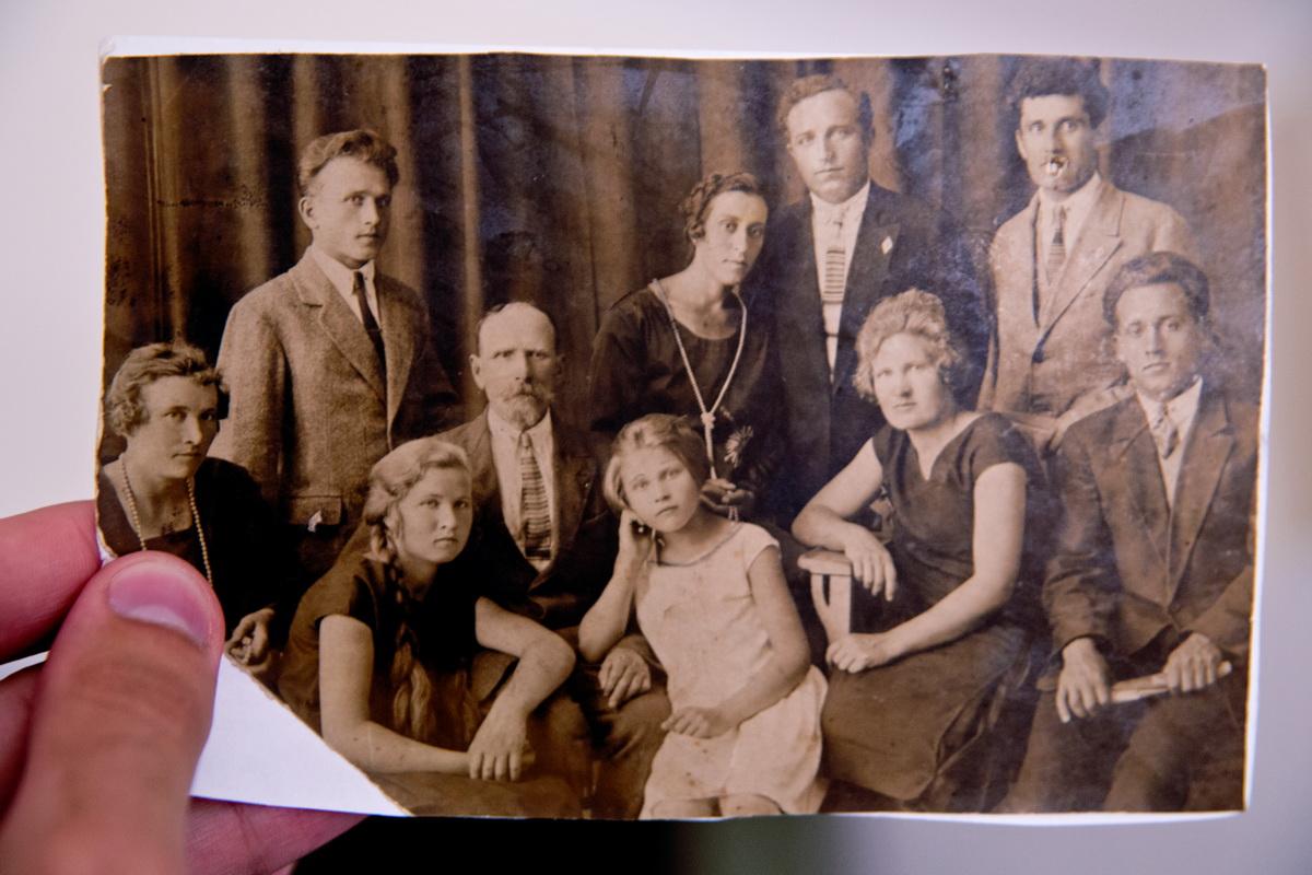 Отец Ольги Трофимовны с детьми. Фото:из архива Ольга Левенец