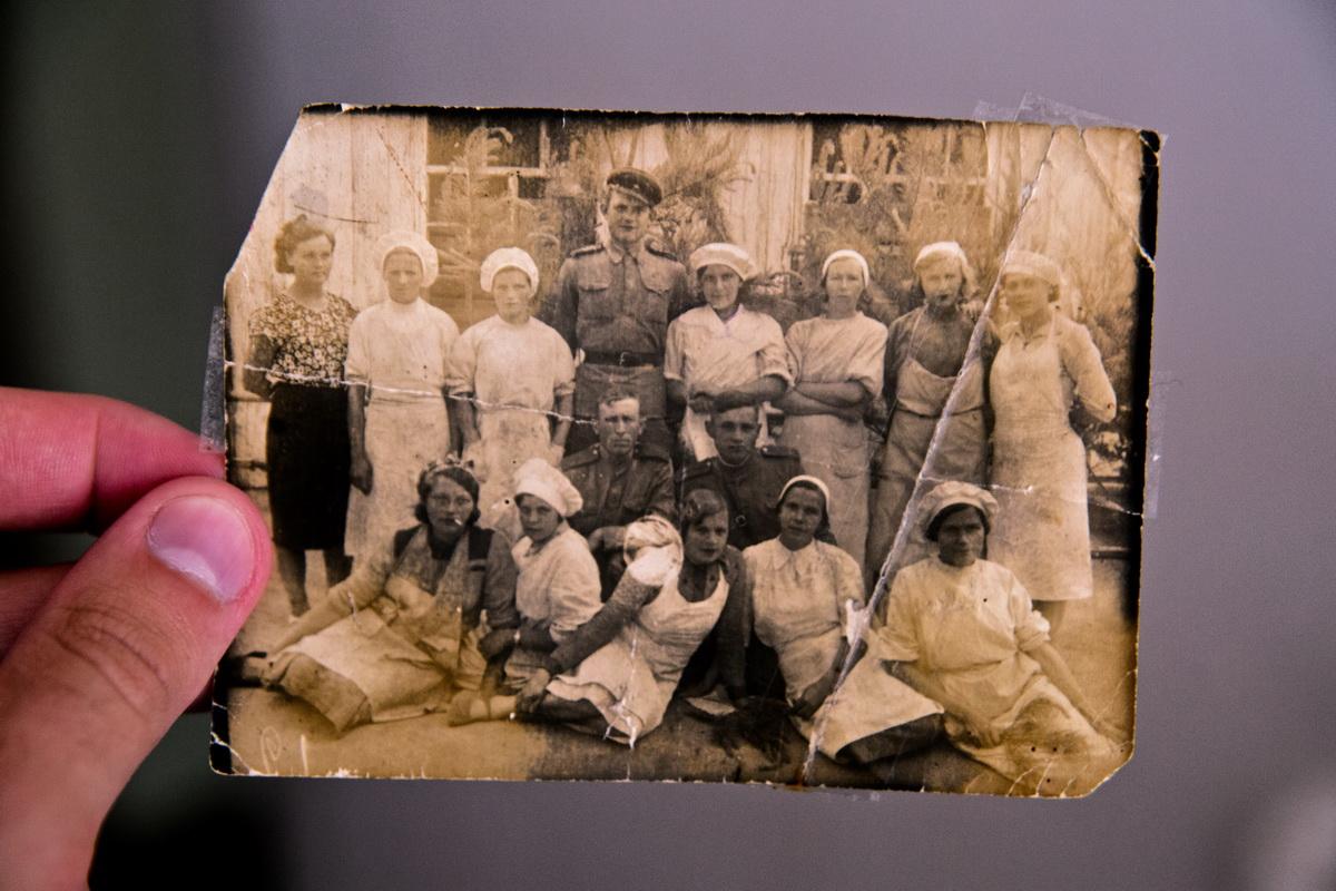 Ольга Трофимовна во время работы в госпитале.(верхний ряд, справа, рядом с военным)Фото:из архива Ольга Левенец