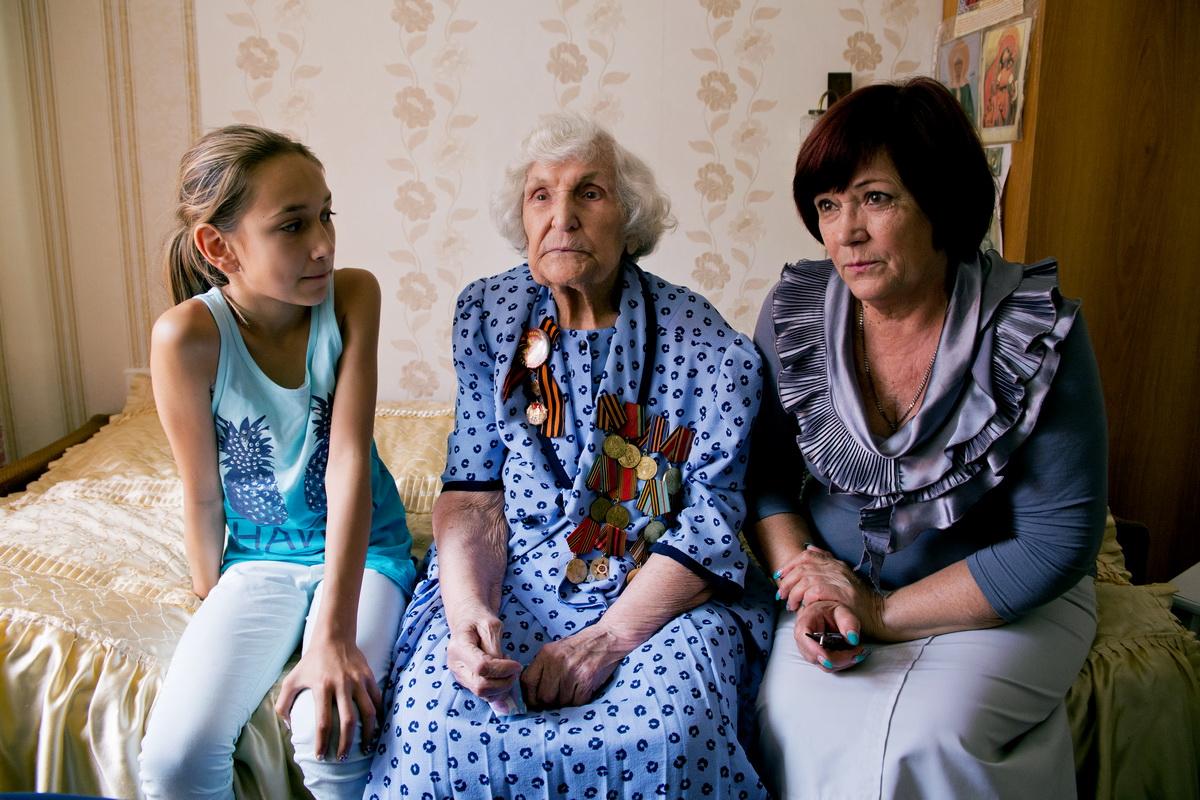 Ольга Левенец с дочерью Валентиной и правнучкой. Фото: Евгений ТИХАНОВИЧ