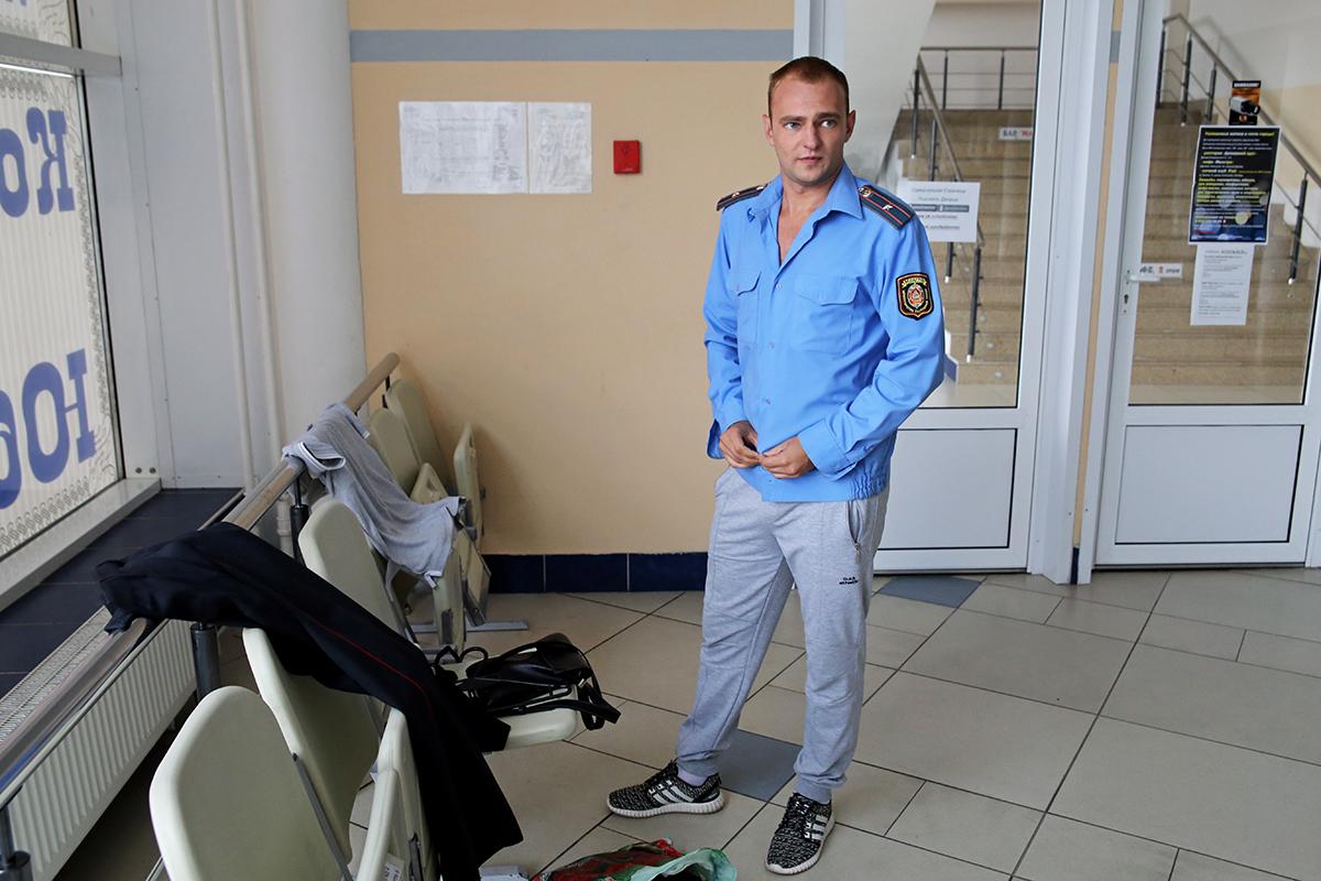 Актер Кирилл переодевается в милицейскую форму
