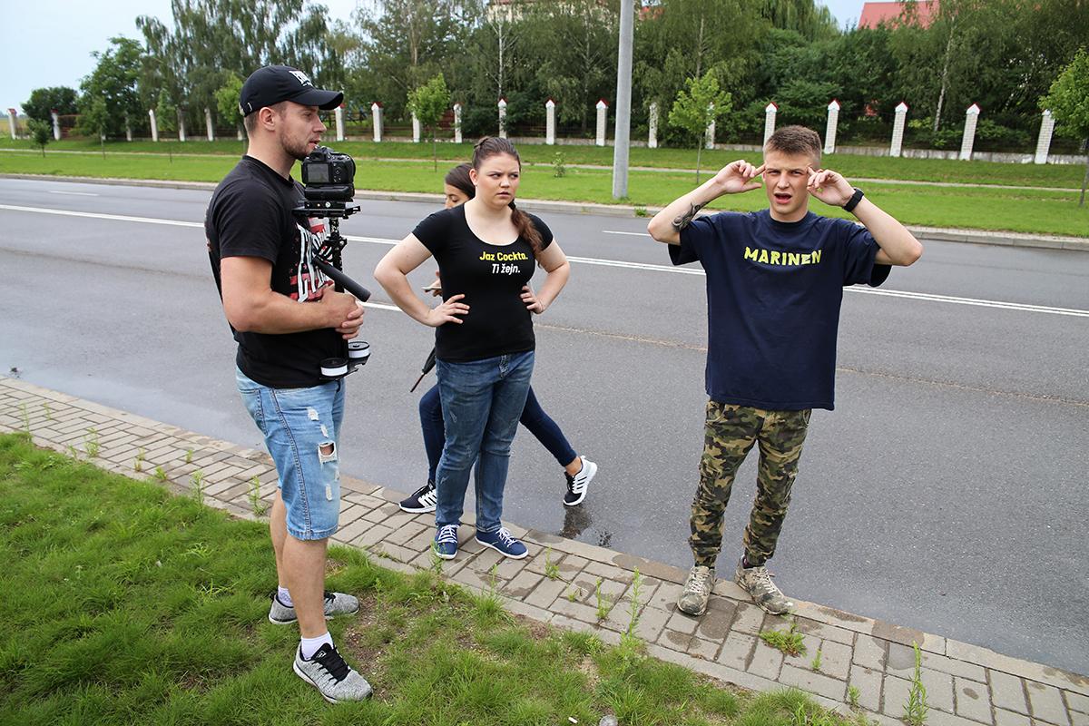 Режиссер Анастасия, оператор Максим и главный актер Андрей обсуждают композицию актеров в кадре