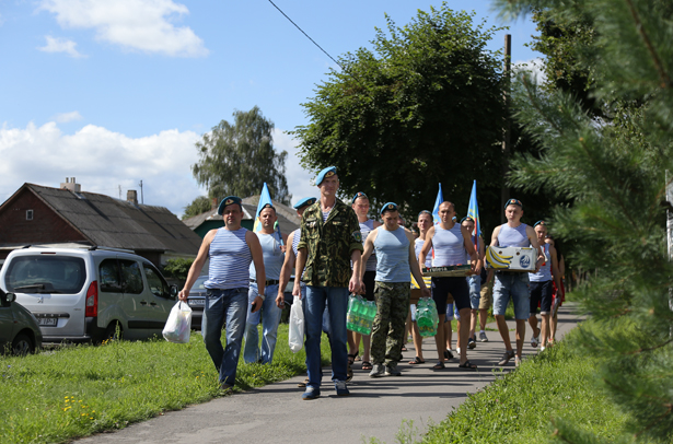 Празднование дня ВДВ в Барановичах началось с посещения детского приюта.