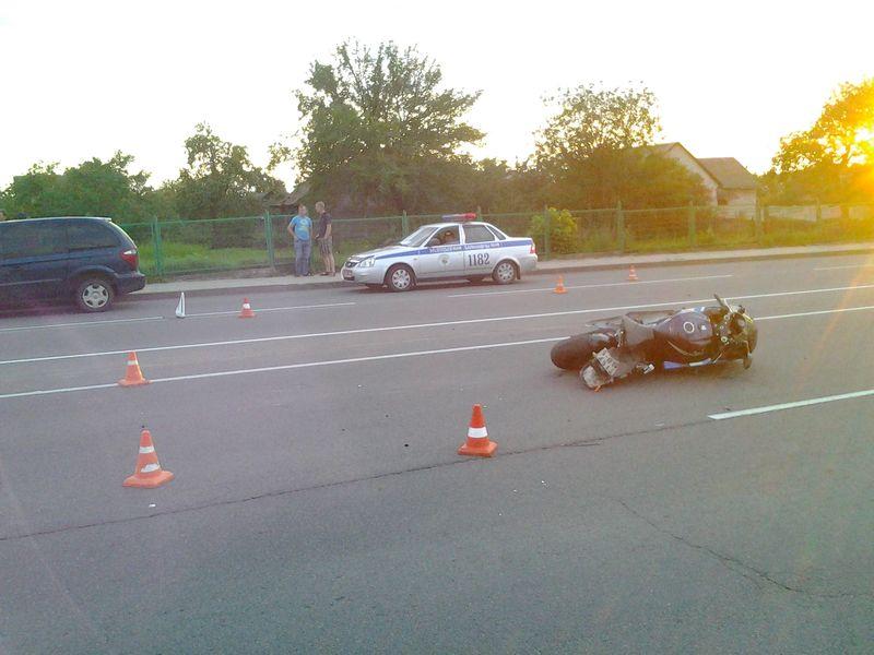 Мотоциклист избегая ДТП упал на дорогу и спровоцировал аварию двух авто