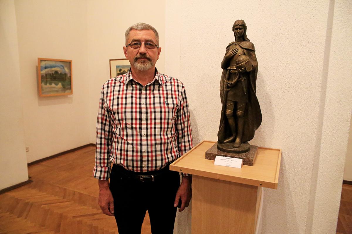 Скульптор Леонид Богдан со своим произведением