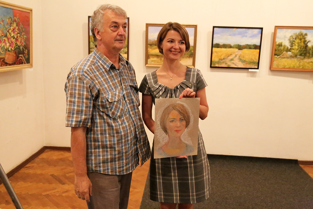 С подаренным портретом от художника