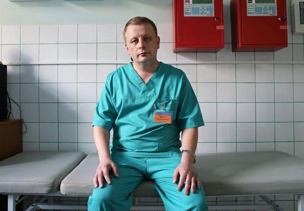 Игорь Морозов в приемном покое травмпункта вспоминает самые необычные травмы за свою практику. Фото: Евгений ТИХАНОВИЧ