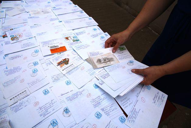 В редакцию поступило 98 писем, каждому был присвоен порядковый номер. Фото: Евгений ТИХАНОВИЧ