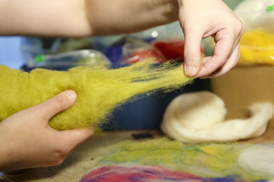Чтобы создать полноценное полотно, нужно много разных оттенков шерсти. Фото: Александр КОРОБ