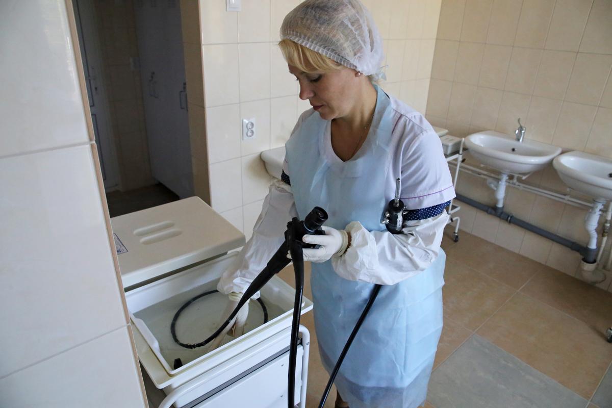 Медсестра Юлия Шестак проводит обработку фиброгастроскопа