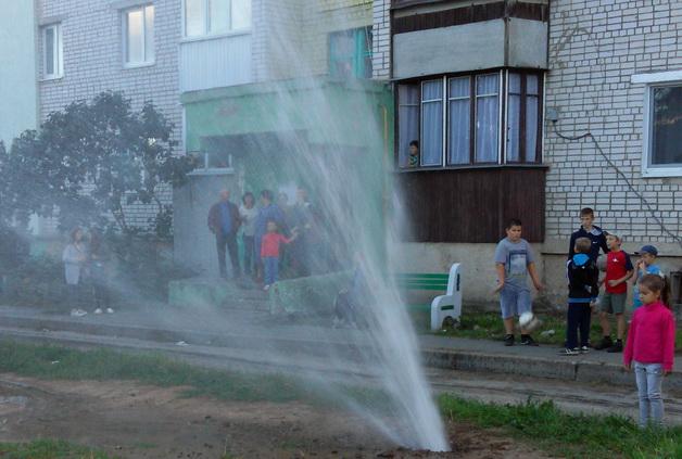В Барановичах из-под земли забил фонтан высотой до пятого этажа