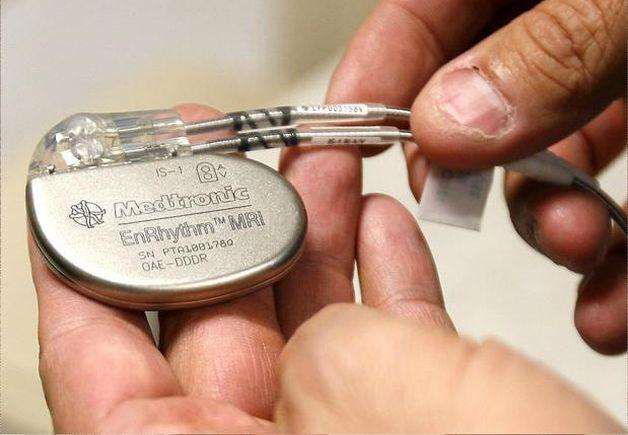 Внешне кардиостимулятор представляет собой металлическую коробку чуть меньше спичечного коробка. Фото для примера.