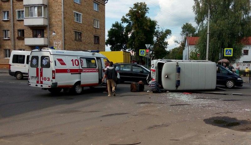 В ДТП пострадали сотрудники скорой помощи.