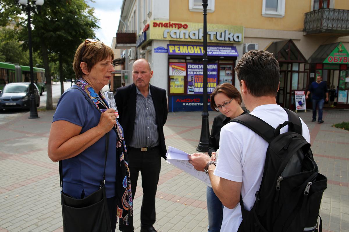 Пикет посетили представители ОБСЕ. Фото: Евгений ТИХАНОВИЧ