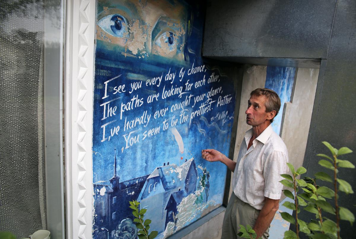 На внешней стене дома расположены стихи Александра, которые он посвятил своей симпатии. Фото: Евгений ТИХАНОВИЧ