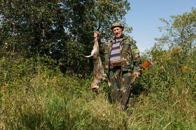 Егерь Вячеслав Карасик с убитой волчицей. Фото: Александр КОРОБ