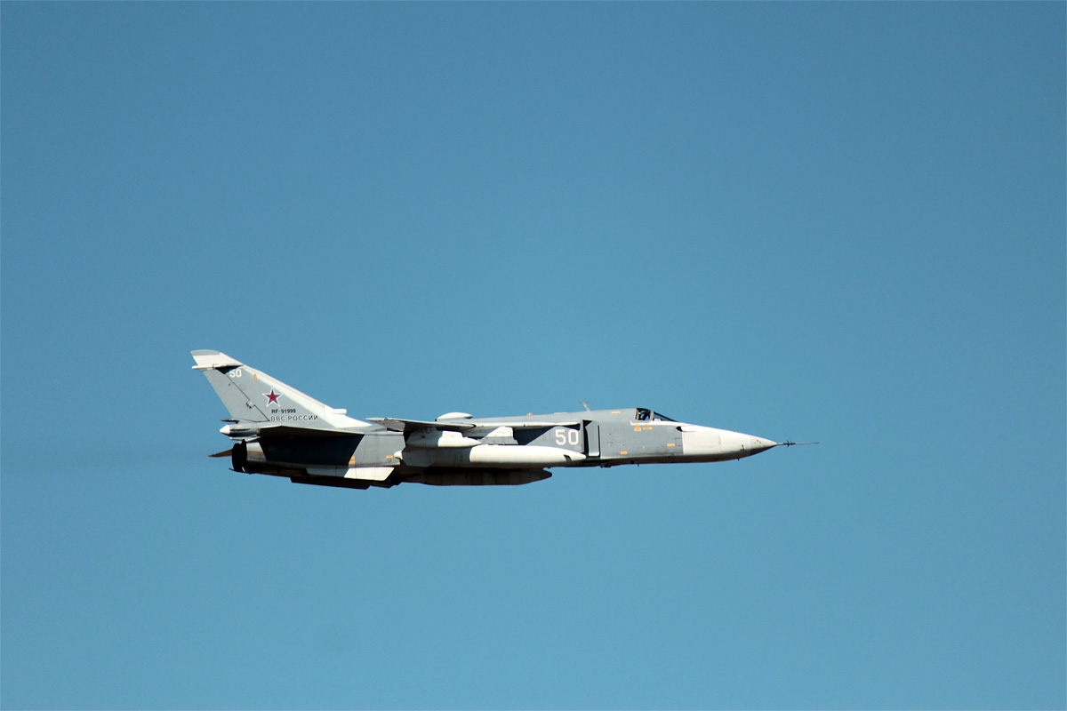 Самолет-разведчик в небе над местом прохождения колонны. Фото: Юрий ПИВОВАРЧИК