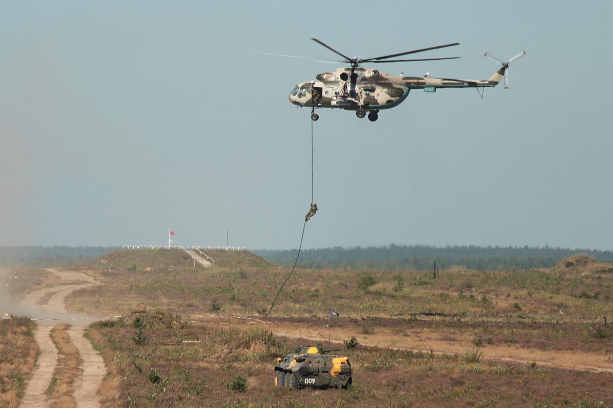 Высадка группы разминирования из вертолета. Фото: Юрий ПИВОВАРЧИК