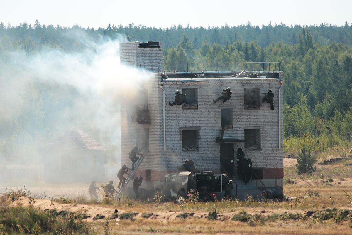 Штурм здания и освобождение заложников. Фото: Юрий ПИВОВАРЧИК
