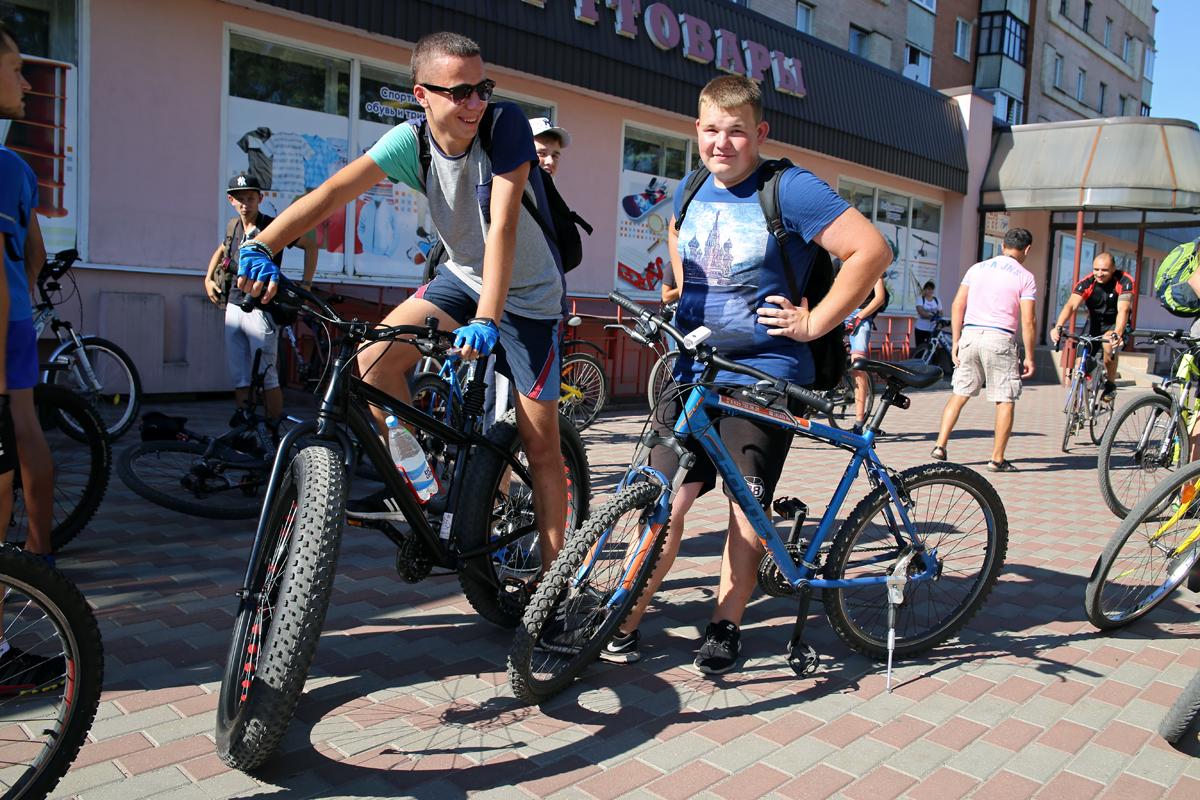 Сбор велосипедистов около магазина «Спорттовары». Фото: Евгений ТИХАНОВИЧ