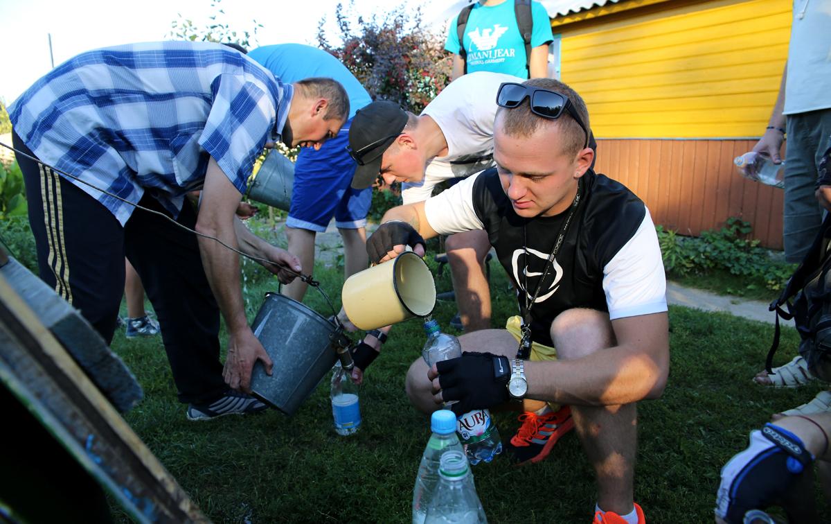 Пополнение запасов воды. Фото: Евгений ТИХАНОВИЧ