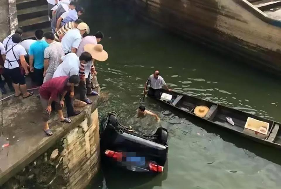 Затонувшее авто вытаскивают из воды. Карлово. Фото: сайт kanal3.bg