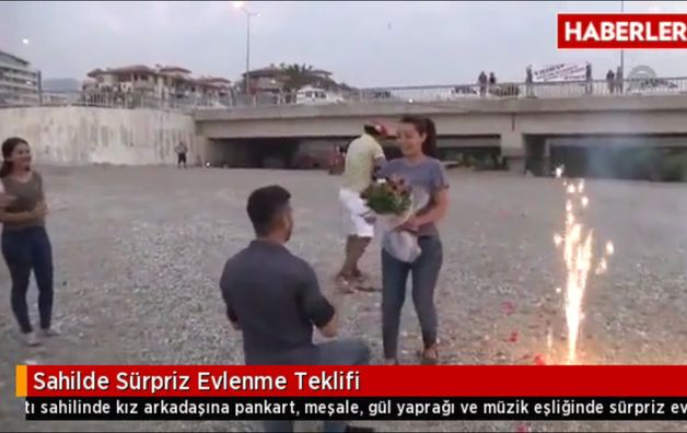 Турецкий парень делает предложение руки и сердца. Фото: сайт haberler.com