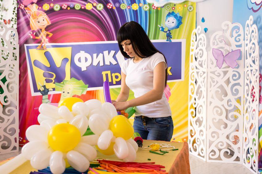 Алеся Головачева готовит букет для доставки. Фото: Александр КОРОБ