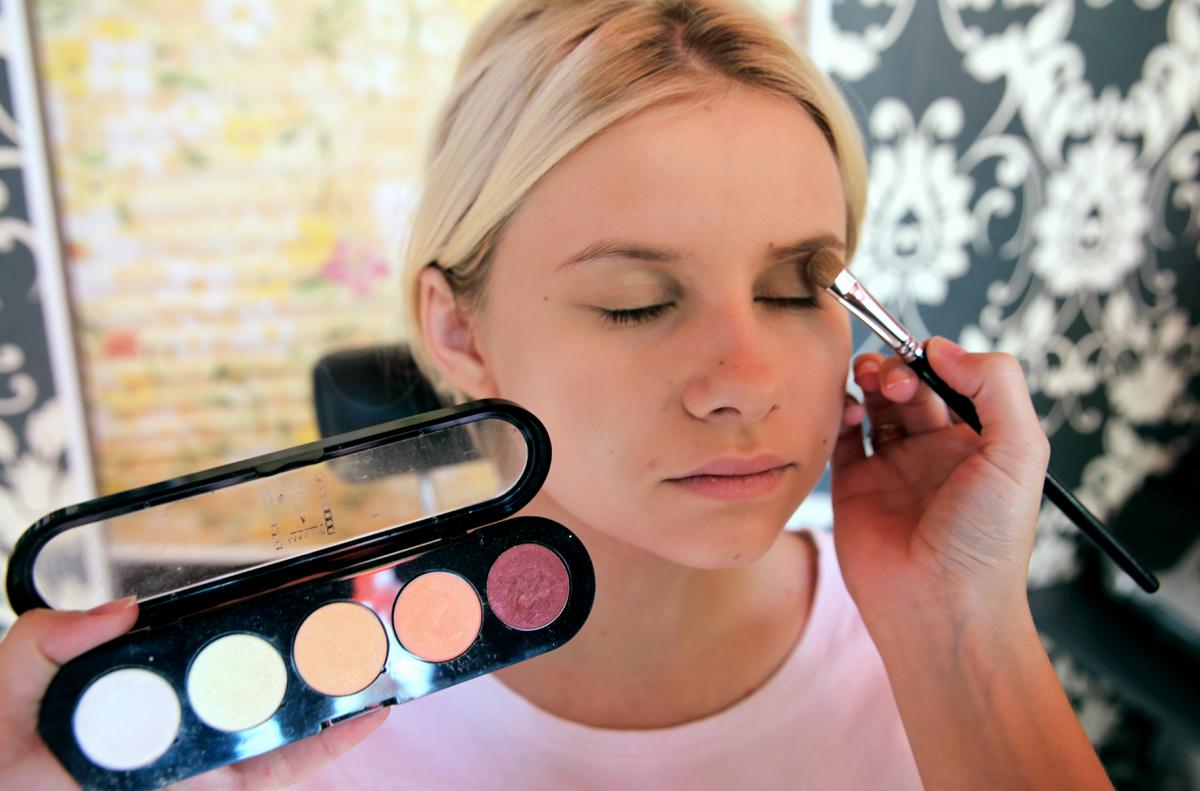 Для естественного макияжа нужно использовать светлые тени.