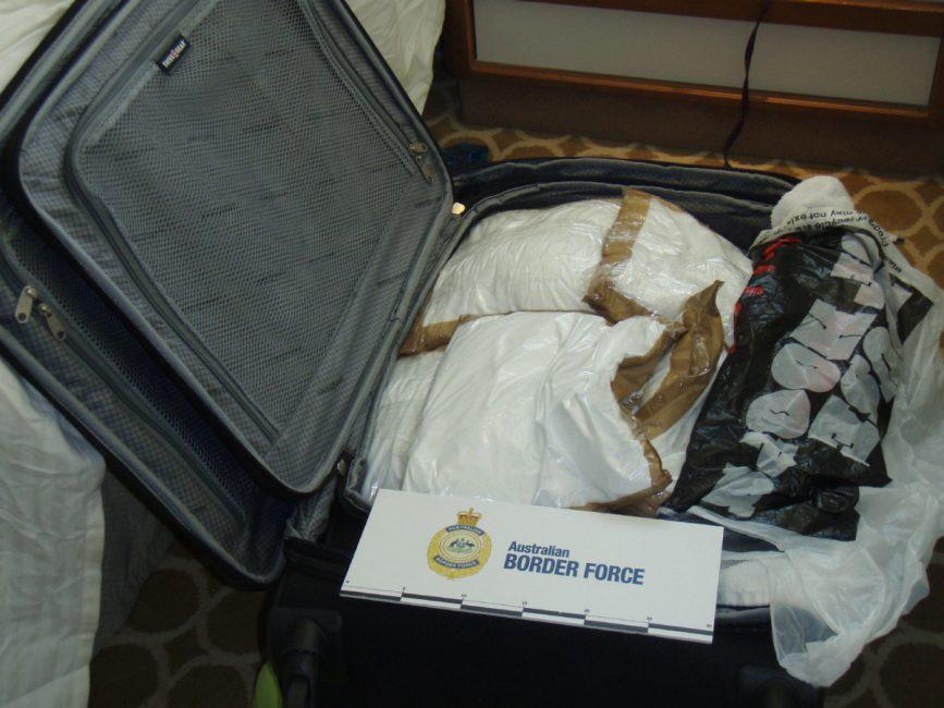Кокаин в багаже девушки