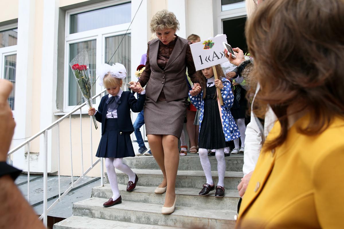 Первоклассников на линейку выводили их первые учителя. Фото: Евгений ТИХАНОВИЧ