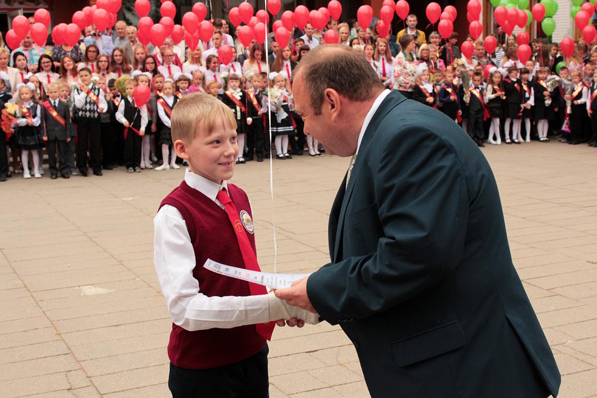 Ученикам, занявшим призовые места на предметной олимпиаде, были вручены дипломы. Фото: Юрий ПИВОВАРЧИК