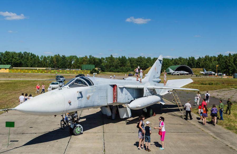 Самолет СУ-24М на аэродроме 61-й истребительной авиабазы 16 августа 2015 года. Показ авиатехники на праздновании Дня Военно-воздушных сил. Фото: сайт aircraft-museum.ucoz.ru
