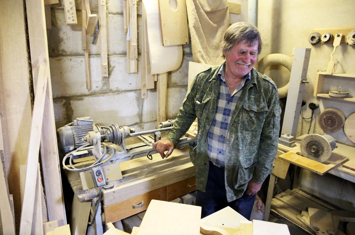 Ремесленник со своим первым станком. Фото: Евгений ТИХАНОВИЧ