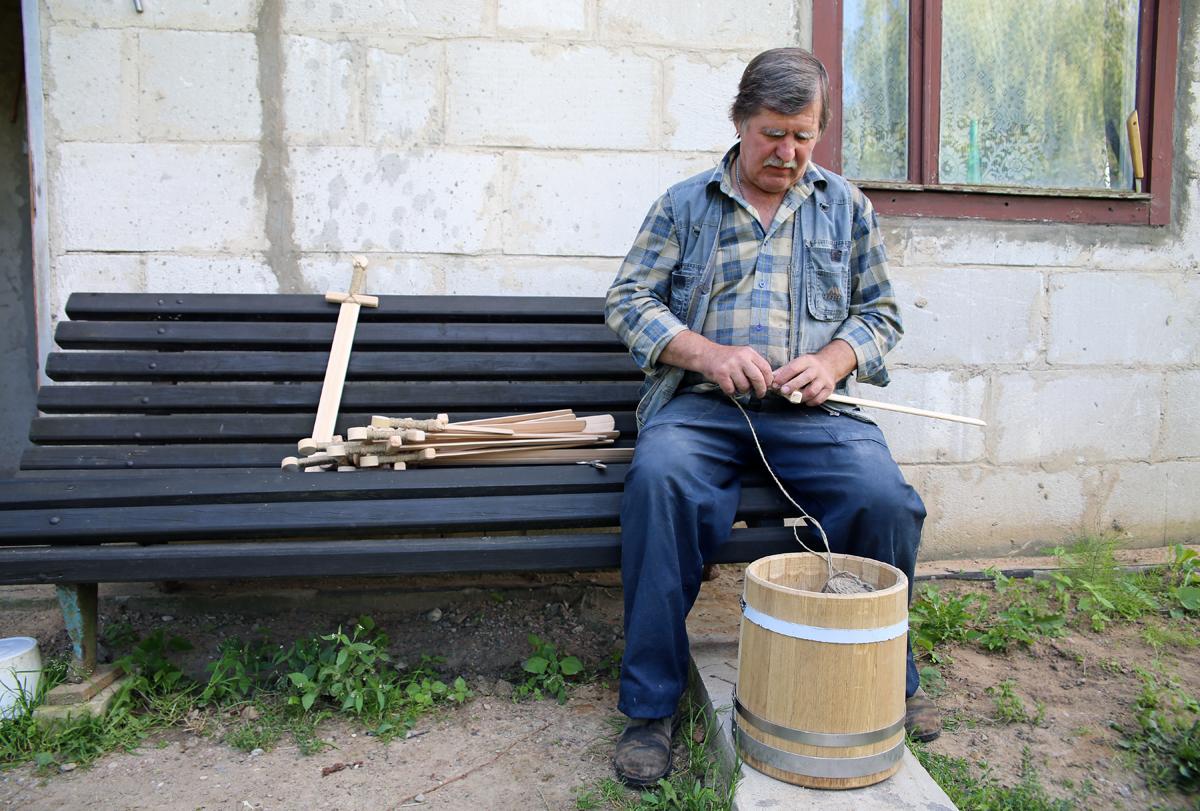 Обвязка деревянных мечей. Фото: Евгений ТИХАНОВИЧ