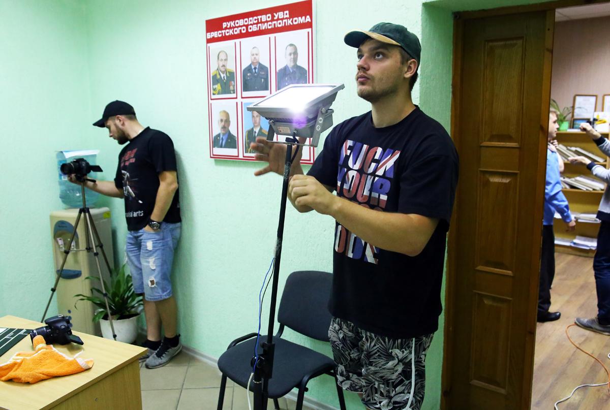 Оператор Дмитрий настраивает свет. Фото: Евгений ТИХАНОВИЧ