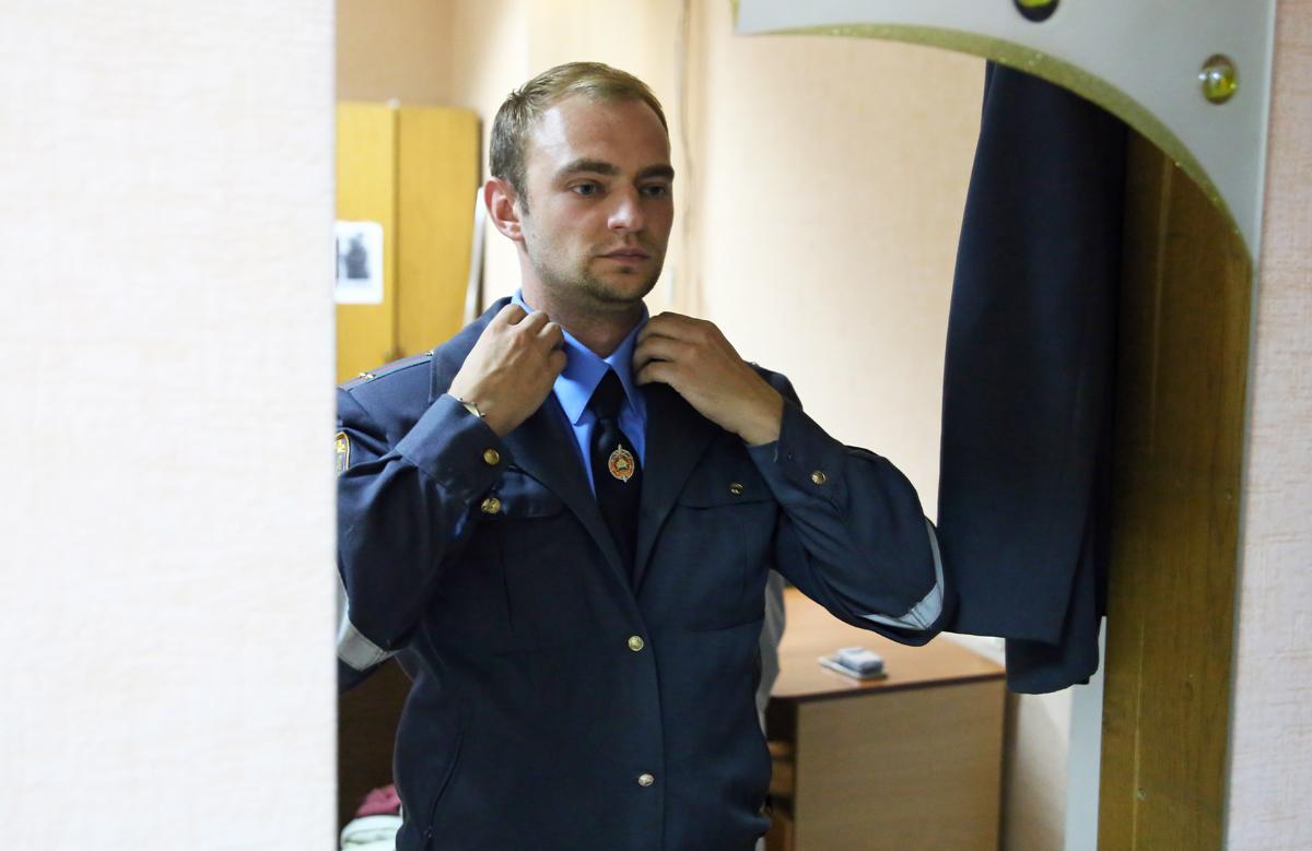 Актёр Кирилл переодевается в милицейскую форму. Фото: Евгений ТИХАНОВИЧ