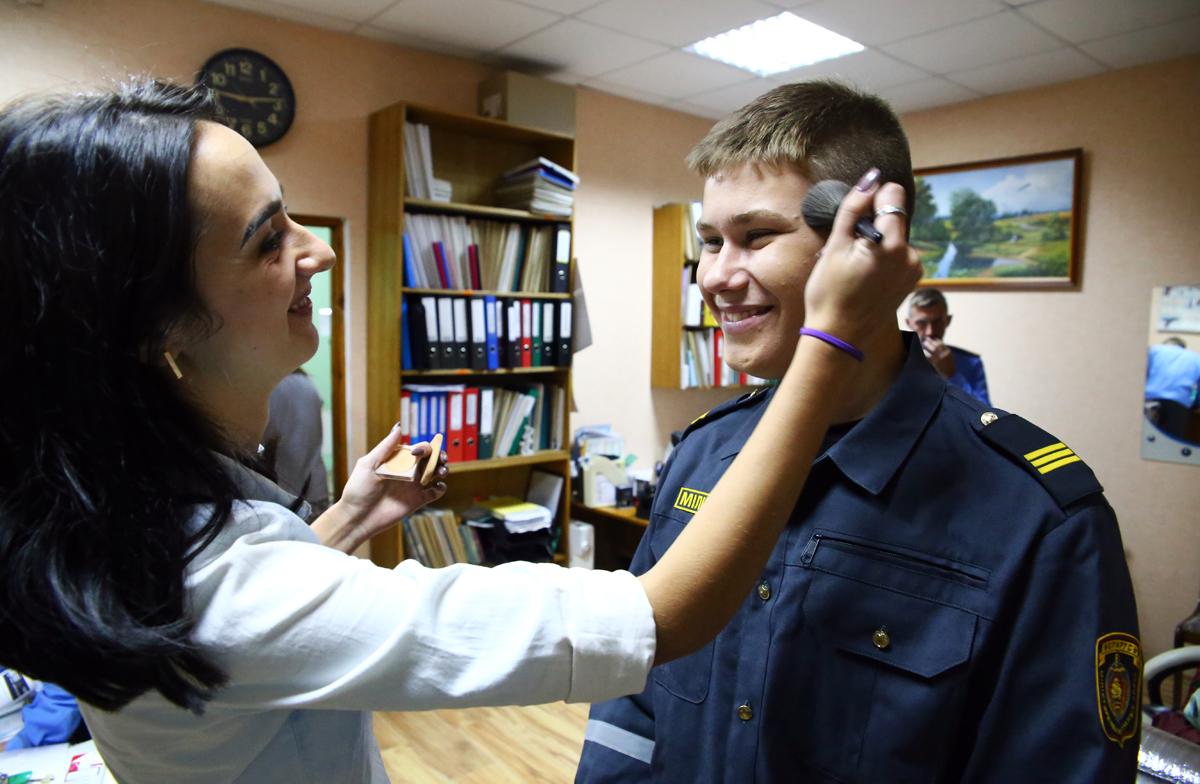 Визажист Вероника гримирует актёра Арсения. Фото: Евгений ТИХАНОВИЧ